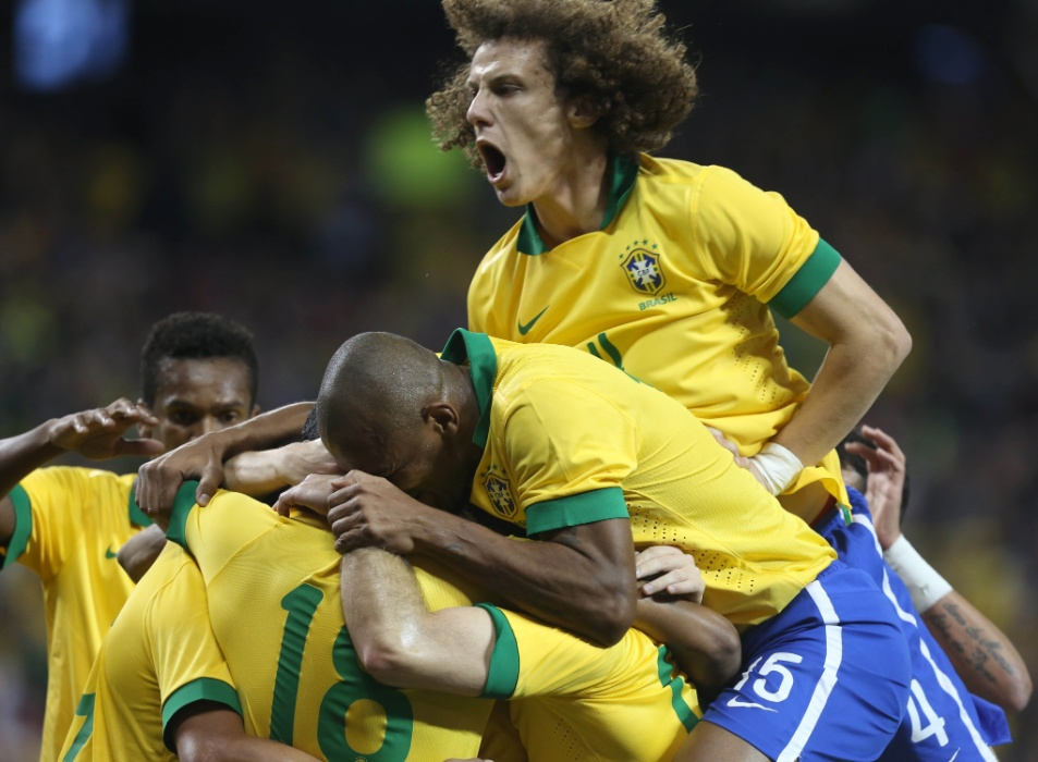 19.nov.2013 - Jogadores do Brasil comemoram o gol de Hulk contra o Chile