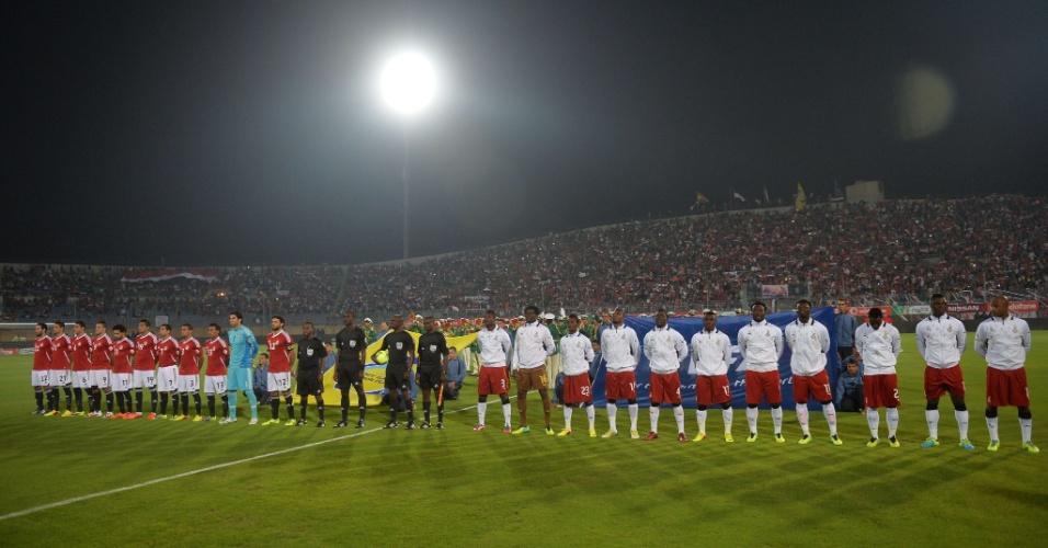 19.nov.2013 - Perfilados, jogadores de Gana e Egito acompanham execução dos hinos nacionais antes de partida das eliminatórias da Copa-14