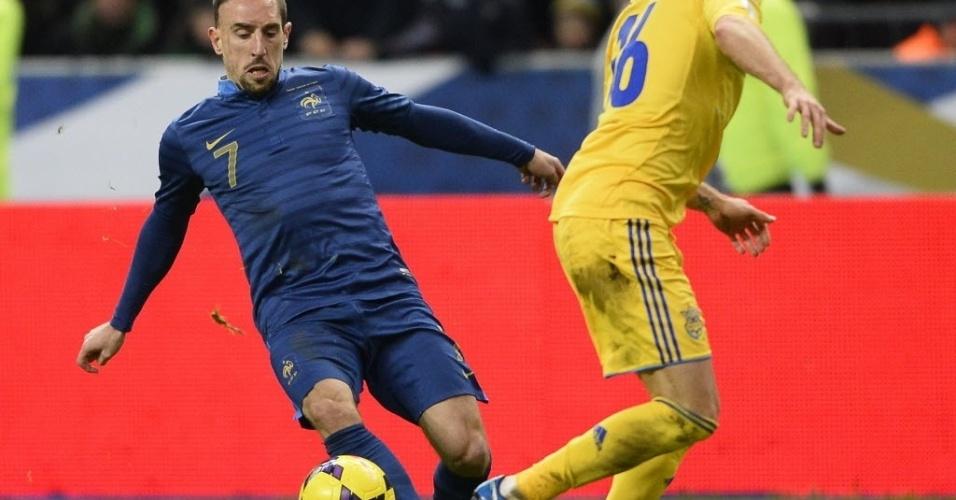 19.nov.2013 - Franck Ribéry tenta armar a jogada diante da marcação de Mandzyuk na partida entre França e Ucrânia; Bleus ganharam por 3 a 0 e se classificaram para a Copa-14