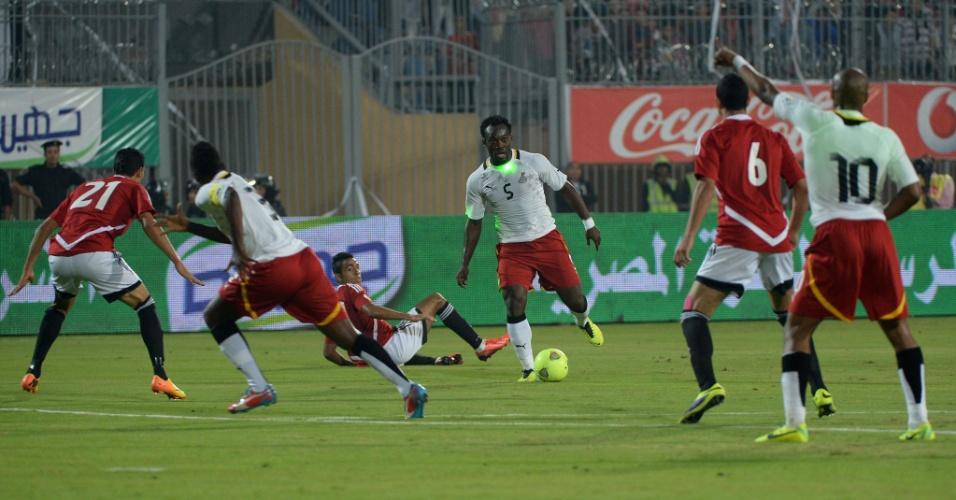 19.nov.2013 - Michael Essien, de Gana, enfrenta laser da torcida e jogadores do Egito; mesmo com a derrota por 2 a 1, ganenses se classificaram para a Copa do Mundo-2014