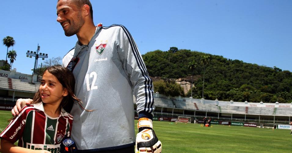 19.nov.2013 - O goleiro Diego Cavalieri recebe a menina Leticia após treino do Fluminense nas Laranjeiras