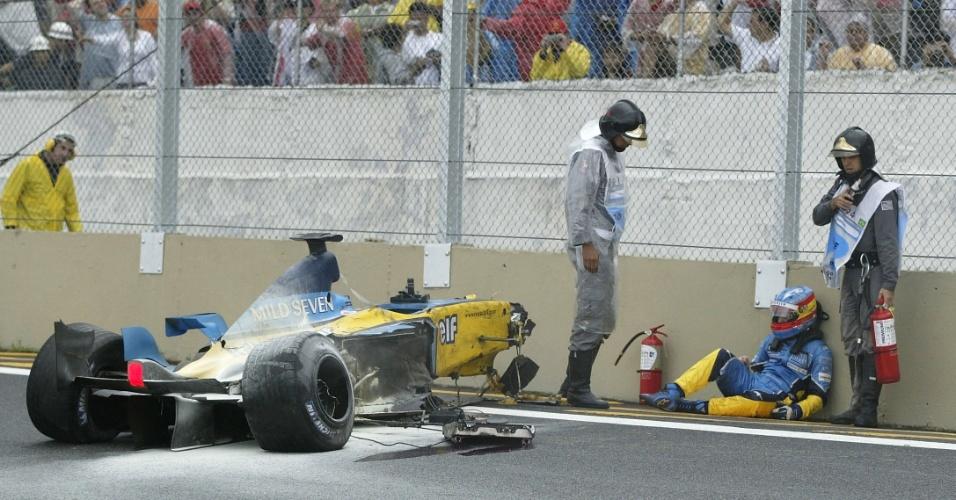 06.04.03 - Fernando Alonso é atendido após acidente no GP Brasil de F-1