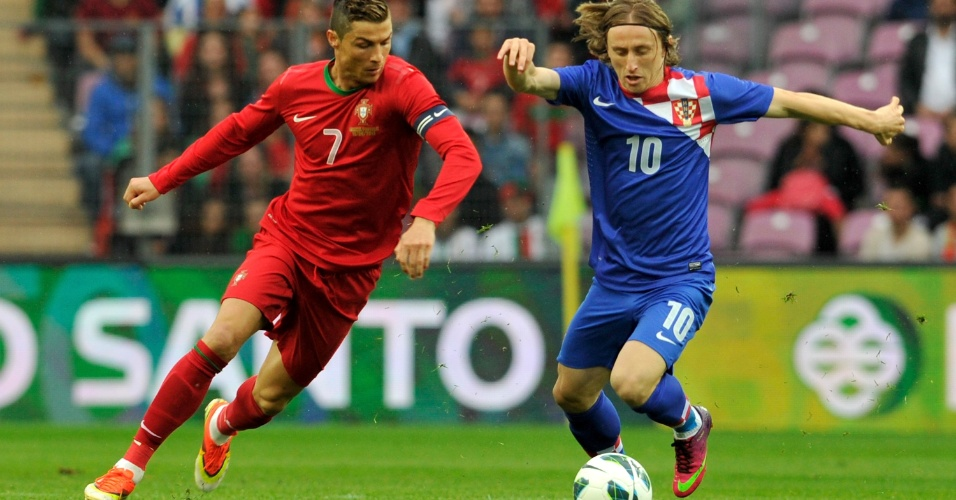 10.jun.2013 - Cristiano Ronaldo disputa jogada com Luka Modric durante amistoso em Genebra (Suíça); portugueses venceram por 1 a 0