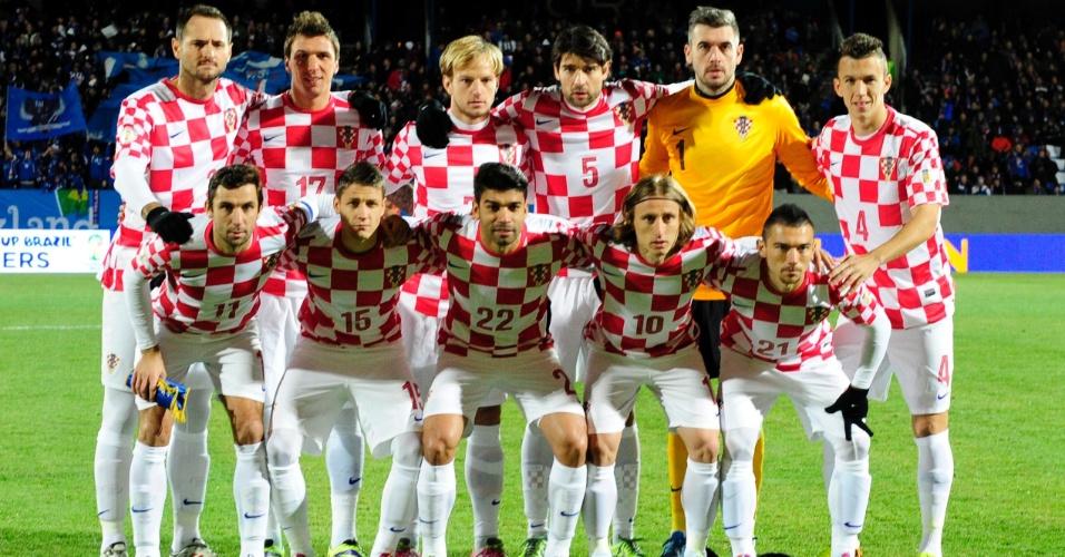 15.nov.2013 - Jogadores da Croácia posam para tradicional foto antes da partida de ida contra a Islândia pela repescagem europeia para a Copa do Mundo-2014