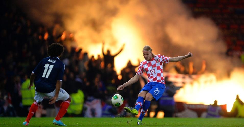 15.out.2013 - Domagoj Vida, da Croácia, tenta tocar a bola durante a derrota por 2 a 0 para a Escócia pelas eliminatórias da Copa-2014