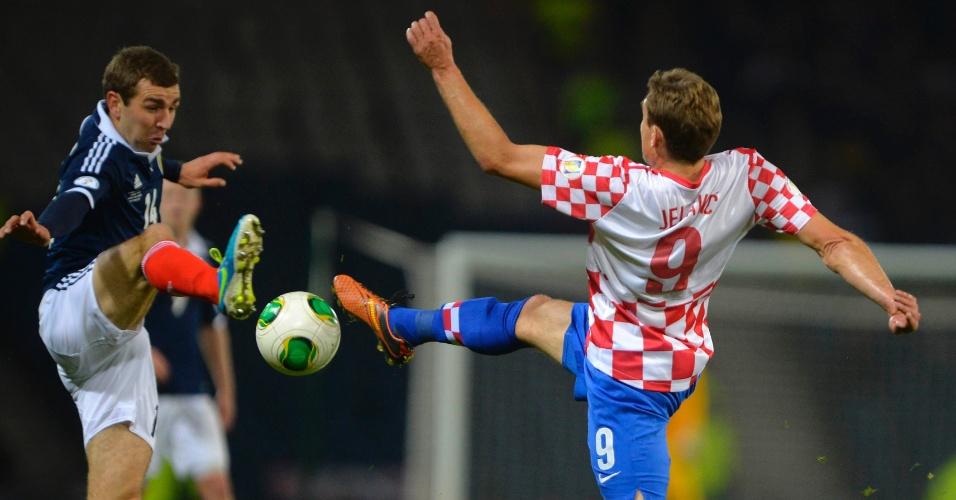 15.out.2013 - James McArthur (e), da Escócia, trava disputa acirrada com Nikica Jelavic, da Croácia, durante partida das eliminatórias da Copa-14; escoceses venceram por 2 a 0