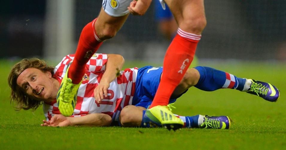 15.out.2013 - Luka Modric, da Croácia, fica caído no gramado após sofrer uma falta durante a derrota por 2 a 0 para a Escócia pelas eliminatórias da Copa-2014