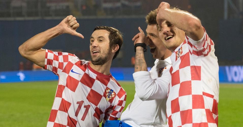 19.nov.2013 - Darijo Srna (e), Mario Mandzukic (c) e Nikica Jelavic comemoram a classificação da Croácia para a Copa do Mundo-2014 após a vitória por 2 a 0 sobre a Islândia
