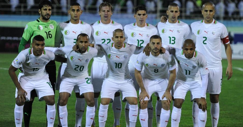 19.nov.2013 - Jogadores da Argélia posam para tradicional foto antes da partida de volta contra Burkina Fasso pelas eliminatórias da Copa-2014