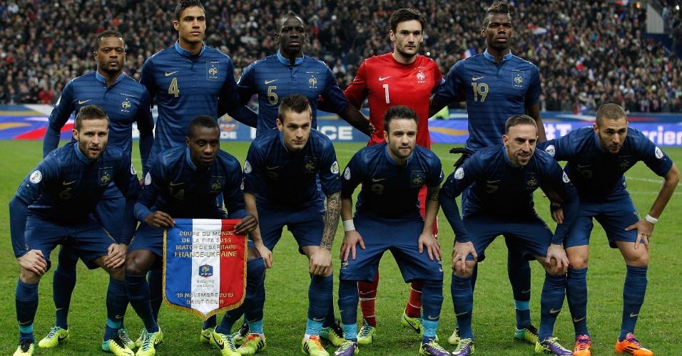 19.nov.2013 - Jogadores da França posam para foto tradicional antes da partida de volta contra a Ucrânia pela repescagem europeia para a Copa do Mundo-2014