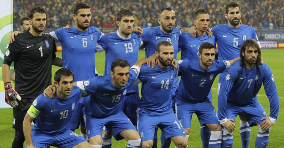 19.nov.2013 - Jogadores da Grécia posam para tradicional foto antes da partida de volta contra a Romênia pelas eliminatórias da Copa-2014