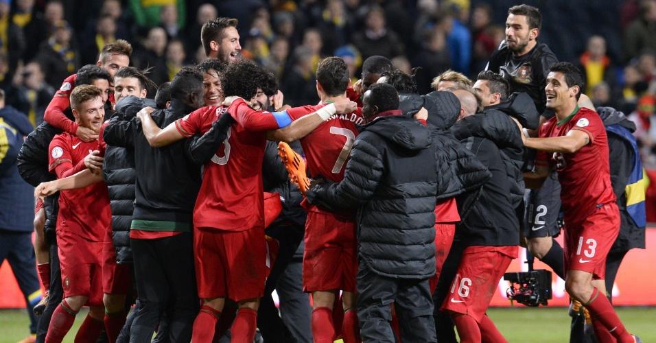 19.nov.2013 - Jogadores de Portugal comemoram a classificação da equipe para a Copa do Mundo-2014, conquistada com a vitória por 3 a 2 sobre a Suecia na repescagem europeia