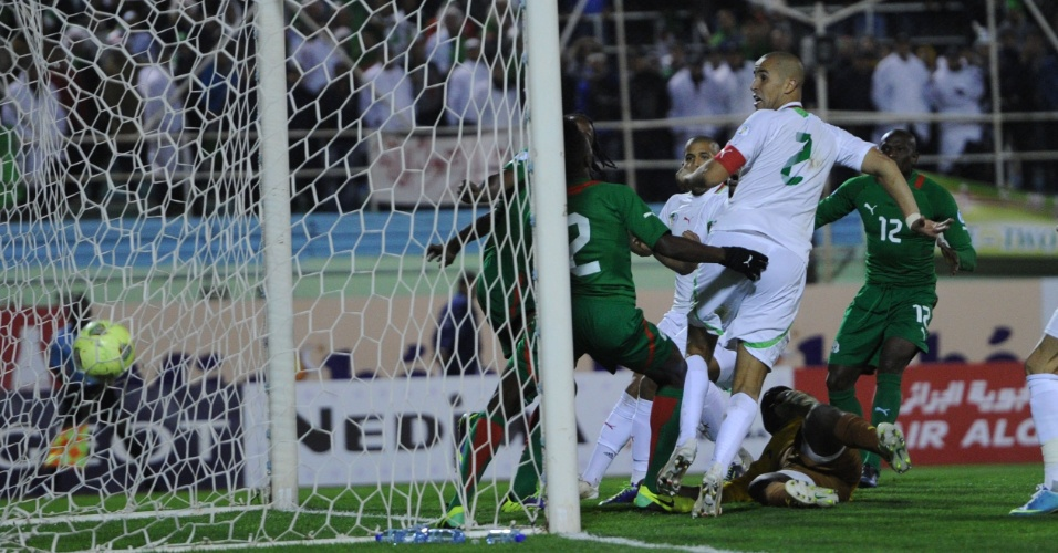 19.nov.2013 - Madjid Bougherra (nº 2) parte para a comemoração após marcar o gol da vitória por 1 a 0 da Argélia sobre Burkina Fasso; resultado classificou os argelinos para a Copa-2014