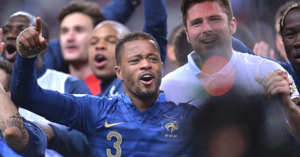 19.nov.2013 - Patrice Evra se emociona durante as comemorações pela classificação da França para a Copa-2014; vaga foi confirmada com uma heroica vitória por 3 a 0 sobre a Ucrânia no Stade de France