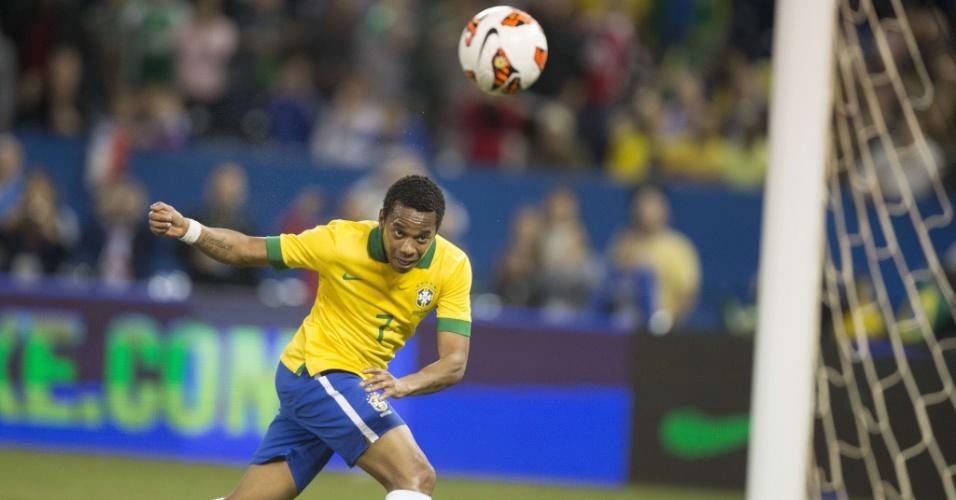 19.nov.2013 - Robinho cabeceia para marcar o gol da vitória do Brasil sobre o Chile, em Toronto
