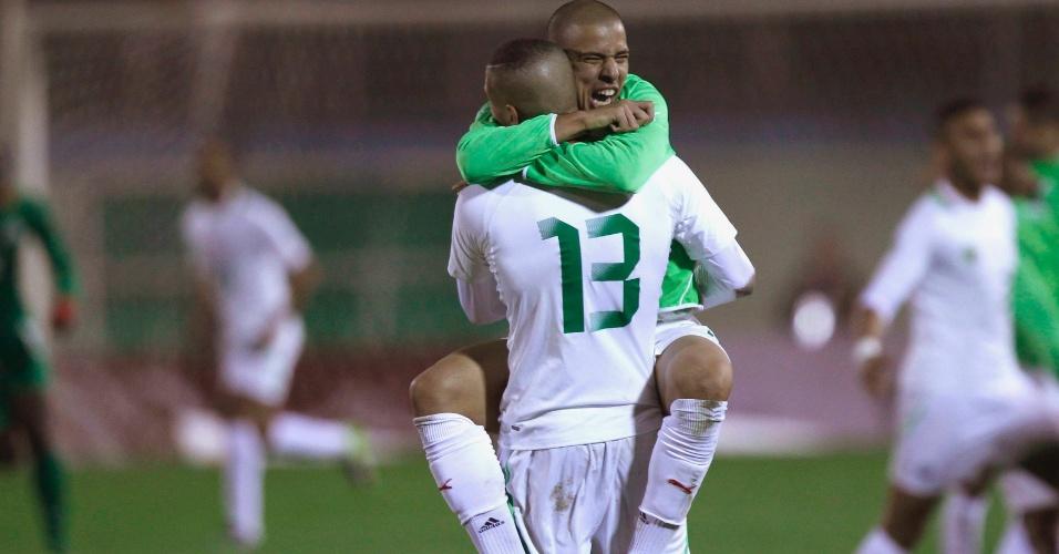 19.nov.2013 - Sofiane Feghouli abraça Islam Slimani (nº 13) para comemorar a classificação da Argélia para a Copa do Mundo-2014; vaga foi confirmada com a vitória por 1 a 0 sobre Burkina Fasso