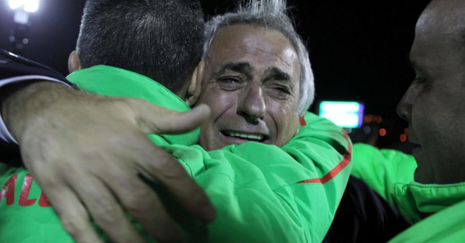 19.nov.2013 - Vahid Halilhodzic (c), técnico da Argélia, chora após a classificação da equipe para a Copa do Mundo-2014; vaga foi confirmada com o triunfo por 1 a 0 sobre Burkina Fasso