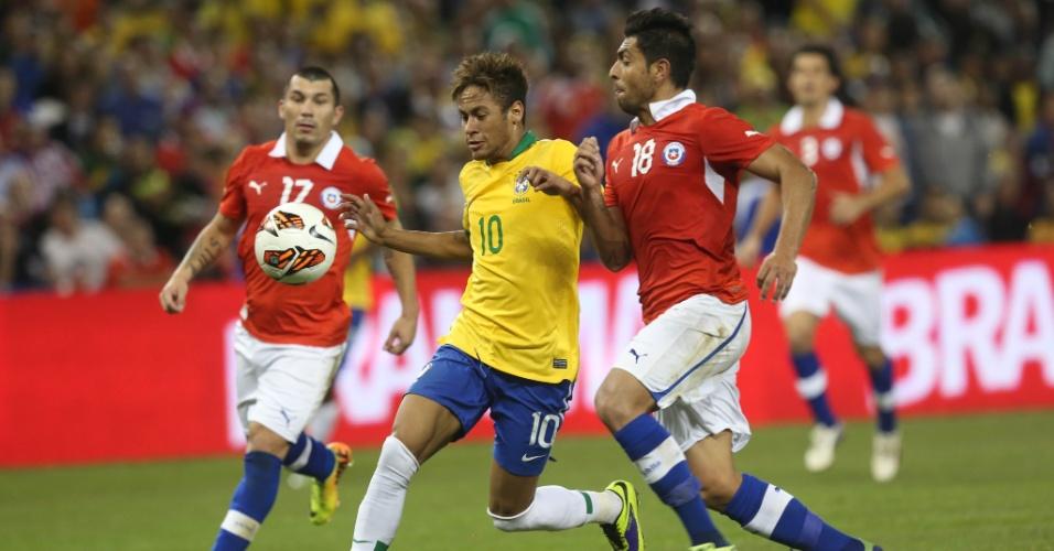 19.nov.2013 - Gonzalo Jara tenta tirar a bola de Neymar em amistoso da seleção brasileira contra o Chile, em Toronto