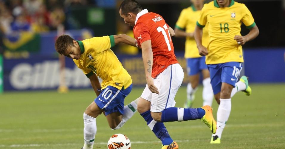 19.nov.2013 - Neymar e Medel travaram um duelo durante toda a partida entre Brasil x Chile; brasileiros venceram amistoso por 2 a 1