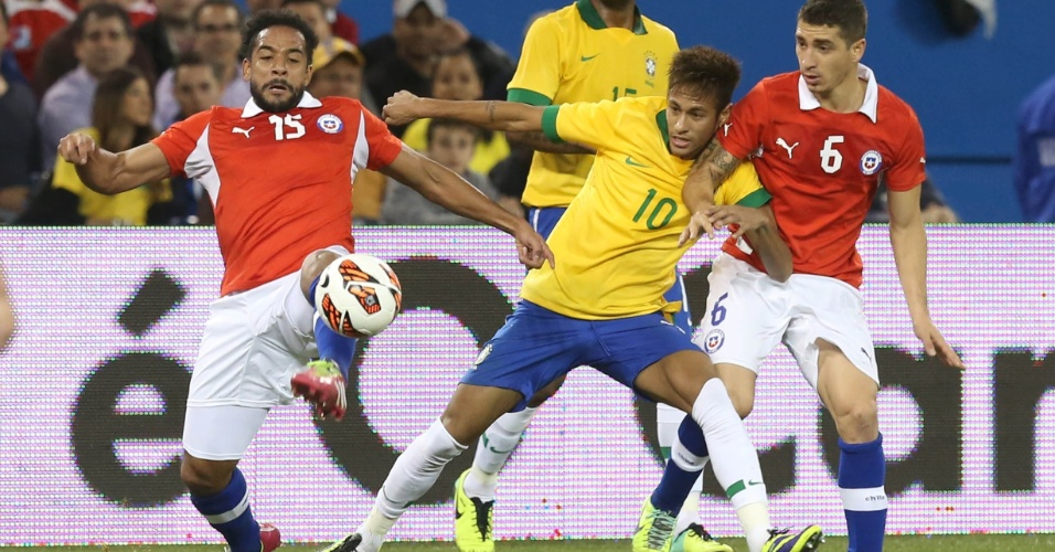 19.nov.2013 - Neymar tenta se livrar da marcação de Carmona e Beausejour no amistoso entre Brasil x Chile; brasileiros venceram por 2 a 1