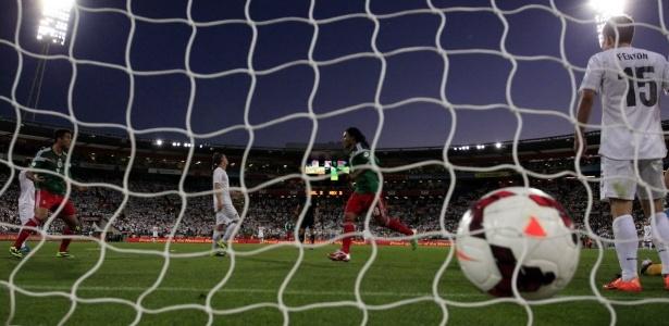 20.nov.2013 - A bola é vista no fundo do gol após Carlos Peña anotar o quarto mexicano na vitória sobre a Nova Zelândia