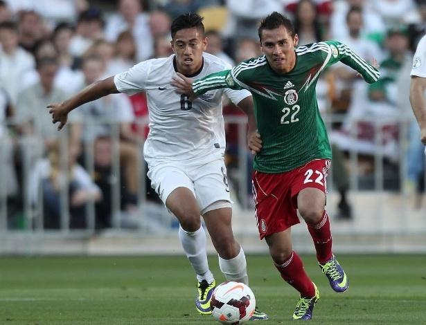 20.nov.2013 - Aguilar, do México, e Tuiloma, da Nova Zelândia, disputam bola na repescagem mundial da copa; o México triunfou por 4 a 2