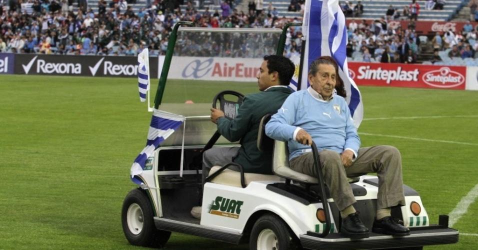 20.nov.2013 - Ghiggia, autor do gol do título mundial de 1950, no Brasil, foi homenageado antes da partida entre Uruguai x Jordânia; empate sem gols classificou os uruguaios para a Copa-2014