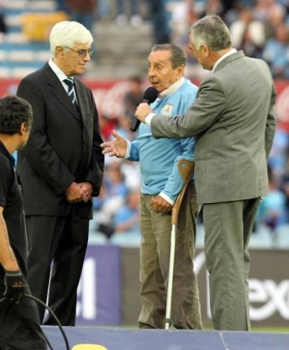 20.nov.2013 - Ghiggia fala após ser homenageado antes do duelo entre Uruguai e Jordânia
