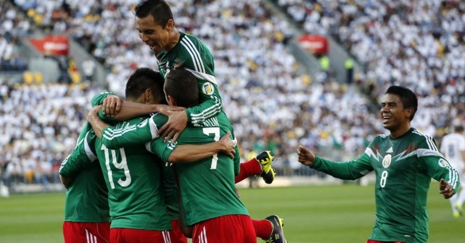 20.nov.2013 - Jogadores do México comemoram um dols quatro gols feitos na vitória sobre a Nova Zelândia, que garantiu o México na Copa do Mundo