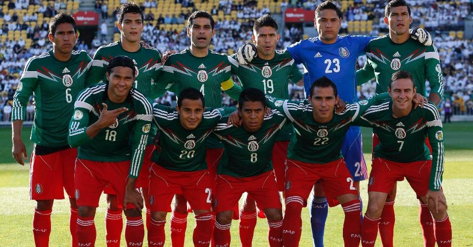20.nov.2013 - Jogadores do México posam para tradicional foto antes da partida de volta contra a Nova Zelândia pela repescagem mundial para a Copa-2014
