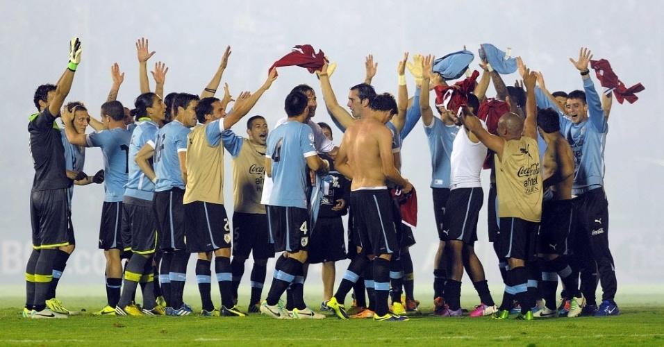 20.nov.2013 - Jogadores do Uruguai comemoram a conquista da última vaga para a Copa do Mundo-2014 após o emapte sem gols com a Jordânia