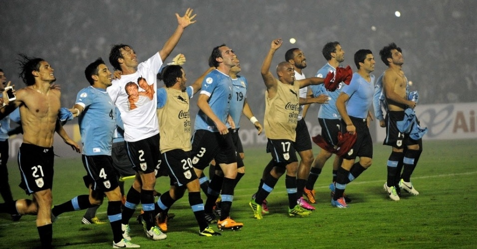 20.nov.2013 - Jogadores do Uruguai comemoram a conquista da última vaga para a Copa do Mundo-2014 após o empate sem gols com a Jordânia