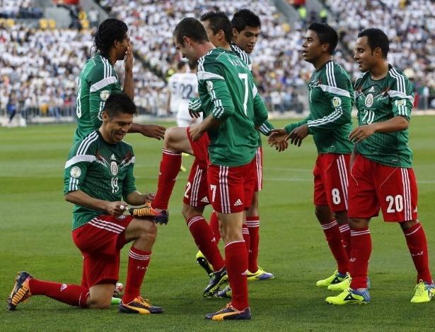 20.nov.2013 - Mexicanos comemoram um dos três gols de Oribe Peralta na vitória por 4 a 2 sobre a Nova Zelândia que deu a vaga na Copa ao país