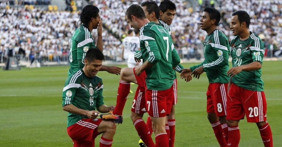 20.nov.2013 - Mexicanos comemoram um dos três gols de Oribe Peralta na vitória por 4 a 2 sobre a Nova Zelândia que classificou a equipe para a Copa-2014