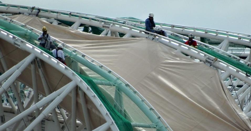 20.nov.2013 - Operários instalam membrana da cobertura do Beira-Rio em 1º módulo de estrutura metálica