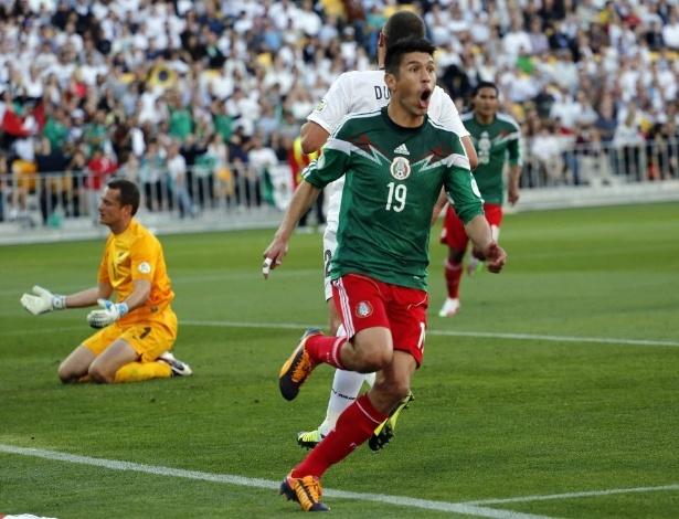 20.nov.2013 - Oribe Peralta comemora um de seus três gols na vitória mexicana sobre a Nova Zelândia por 4 a 2, que deu a vaga ao México para a Copa-2014