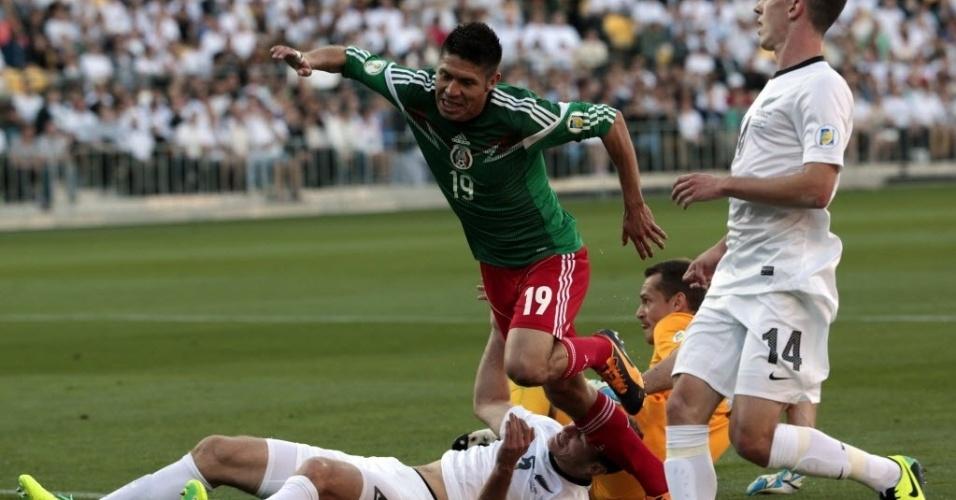 20.nov.2013 - Peralta tropeça em zagueiro e goleiro rival, mas mesmo assim marca um de seus três gols na repescagem mundial para a Copa-2014