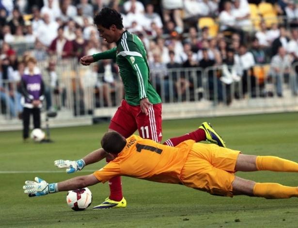 20.nov.2013 - Raul Jimenez tenta driblar o goleiro Glen Moss durante o duelo entre México e Nova Zelândia na repescagem
