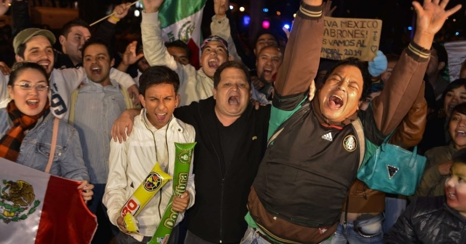20.nov.2013 - Torcedores vão às ruas do México para celebrar a vaga na Copa do Mundo de 2014 conquistada na repescagem