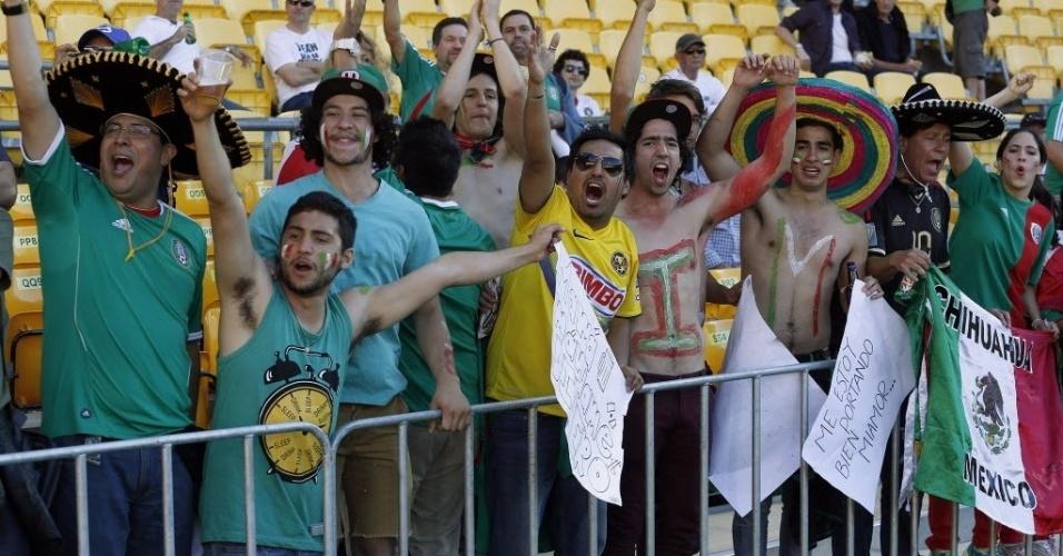 20.nov.2013 - Torcida mexicana compareceu ao estádio Westpac, em Wellington, para acompanhar sua seleção conquistando vaga na Copa contra a Nova Zelândia