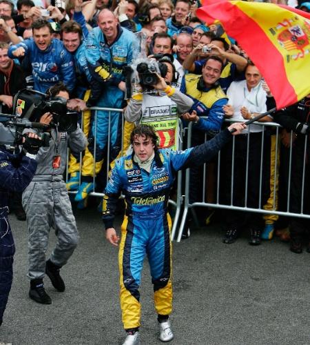 25.09.05 - Fernando Alonso festeja título da F-1 após o GP Brasil