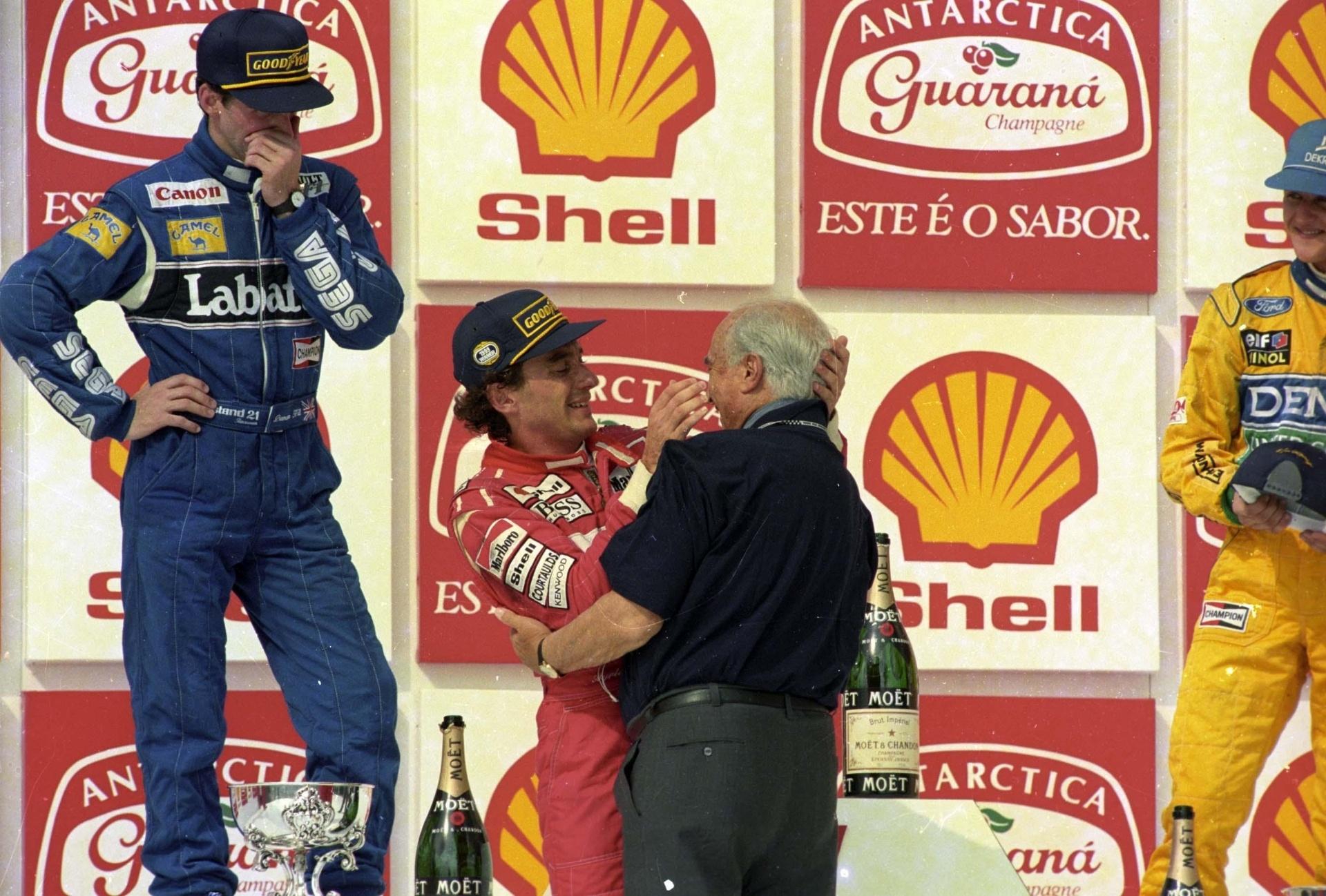 28.03.93 - Senna é cumprimentado por Juan Manuel Fangio no GP Brasil de 1993