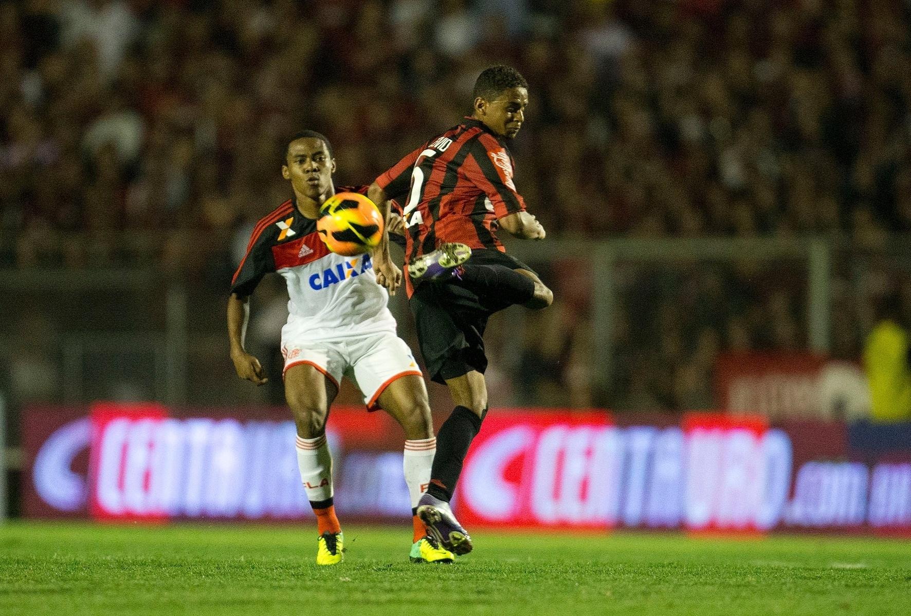 Pedro Botelho, do Atlético-PR, arrisca passe durante jogo contra o Flamengo - 20.nov.2013