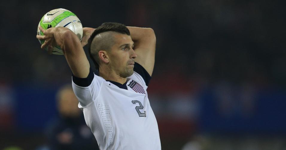 19.nov.2013 - Eric Lichaj, dos EUA, prepara-se para cobrança de arremesso lateral durante a derrota por 1 a 0 para a Áustria em amistoso disputado em Viena