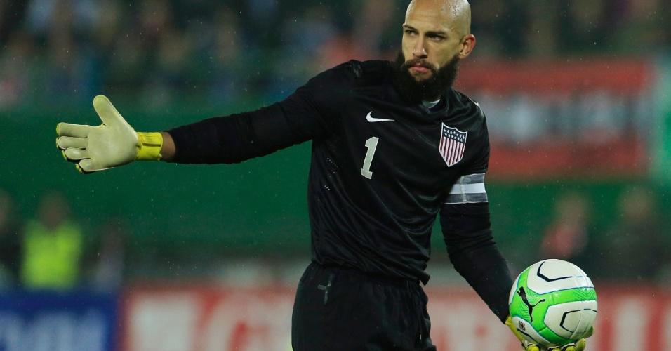 19.nov.2013 - Tim Howard, goleiro dos EUA, prepara-se para repor a bola durante a derrota para a Áustria, em amistoso disputado em Viena