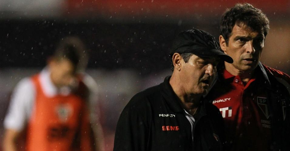 21.nov.2013 - Muricy Ramalho e Milton Cruz deixam gramado do Morumbi após derrota para a Ponte Preta