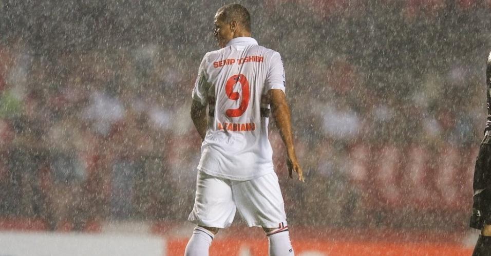21.nov.2013 - Sob chuva, Luis Fabiano se movimenta durante jogo contra a Ponte Preta pela Sul-Americana