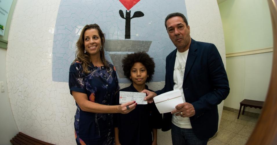 21.nov.2013 - Vanderlei Luxemburgo entrega cheque do Fluminense ao Hospital Pró-Criança, no Rio, e paga pena imposta pelo STJD antes de sua demissão