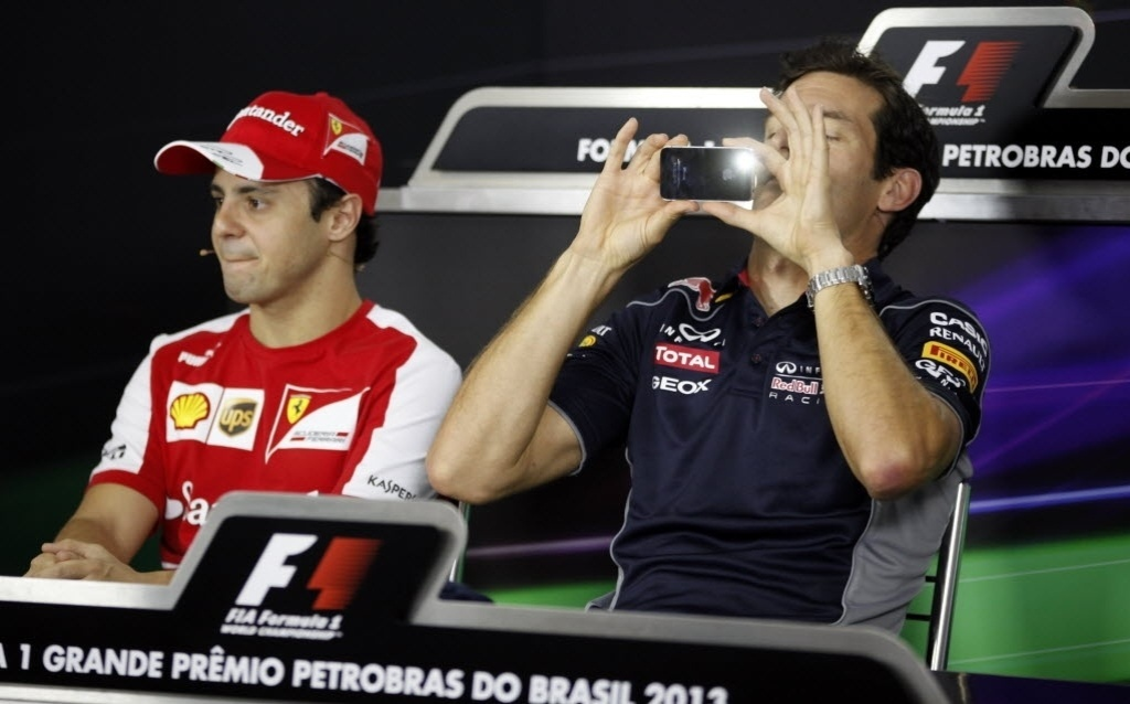 Ao lado de Massa, Mark Webber registra encontro com repórteres durante coletiva em São Paulo