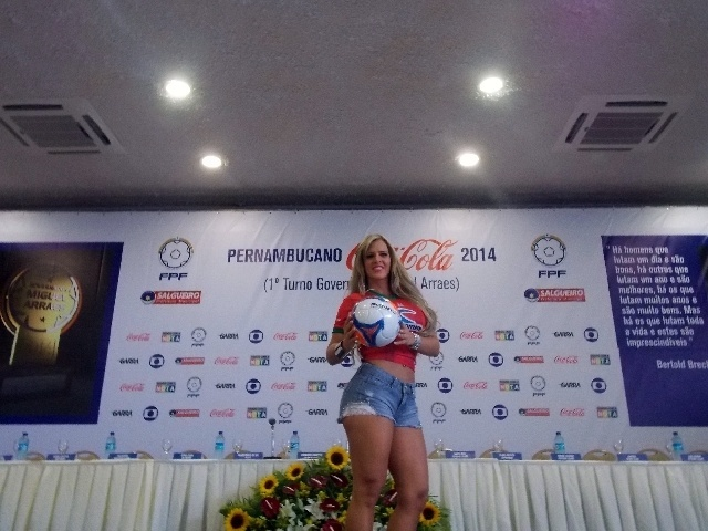 Denise Rocha mostra a bola do Campeonato Pernambucano durante o evento